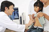 女の子を診察する医師