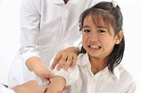 注射される女の子