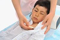 体温を測ってもらう男の子 11002055583  写真素材・ストックフォト・画像・イラスト素材 アマナイメージズ