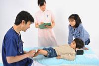 医師と看護師から治療を受ける子供