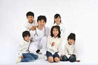 医師と看護師と子供達