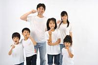 歯を磨く大人と子供