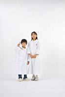 白衣と看護服を着た子供達