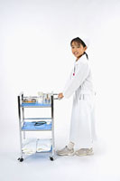 看護服を着て回診車を押す女の子