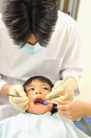 歯科治療を受ける男の子