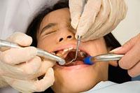 歯科治療を受ける女の子