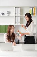 菓子を食べる二人の女性