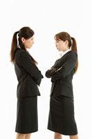 にらみ合う二人の女性