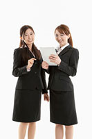 タブレットPCを持つ二人の女性