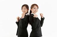 ガッツポーズをする二人の女性