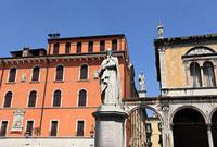 ヴェローナ シニョーリ広場 ダンテの像