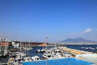 ナポリ ヴェスヴィオ火山とサンタルチア港