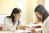 勉強をする女子高校生二人