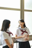 談笑する女子高校生二人