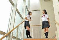階段に立つ女子高校生二人