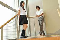 階段に立つ高校生二人