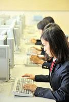 パソコンを操作する高校生四人