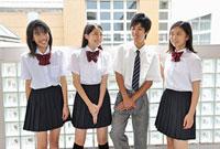 談笑する高校生四人