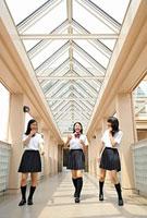 校内を歩く女子高校生三人