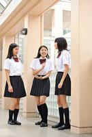 談笑する女子高校生三人