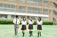 グラウンドを歩く高校生四人