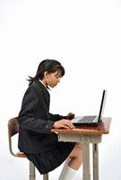 パソコンを操作する女子高校生