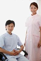 笑顔の歯科医師と歯科助手 11002056646| 写真素材・ストックフォト・画像・イラスト素材|アマナイメージズ
