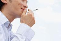 煙草を吸う若い男性の口元