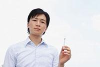 煙草を手に持つ若い男性