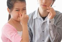 父親の煙草の匂いに鼻をつまむ女の子