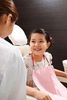 歯科医師に笑顔を見せる女の子