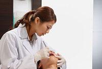 若い男性の歯科検診を行う歯科医師 11002056734| 写真素材・ストックフォト・画像・イラスト素材|アマナイメージズ