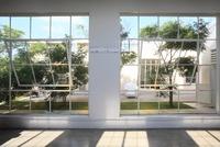 庭と窓 11002056874  写真素材・ストックフォト・画像・イラスト素材 アマナイメージズ