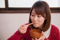 味噌汁を飲む若い女性 11002057024| 写真素材・ストックフォト・画像・イラスト素材|アマナイメージズ