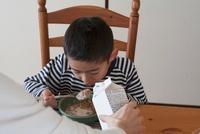 シリアルを食べる男の子 11002057051| 写真素材・ストックフォト・画像・イラスト素材|アマナイメージズ
