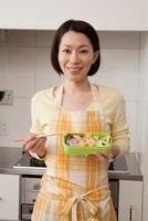 作った弁当を手に持つ笑顔の女性 11002057224  写真素材・ストックフォト・画像・イラスト素材 アマナイメージズ