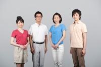 スーパークールビズを着て並ぶ男女4人