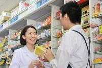 店内で相談する薬剤師とアルバイト店員
