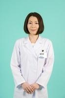 白衣を着た女性薬剤師
