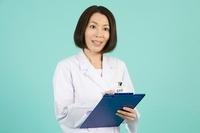 バインダーを抱える女性薬剤師