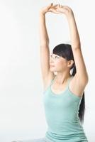 腕を上に伸ばす日本人女性 11002058061| 写真素材・ストックフォト・画像・イラスト素材|アマナイメージズ