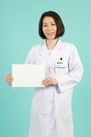 ホワイトボードを持つ女性薬剤師
