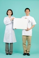 ホワイトボードを持つ薬剤師と登録販売者
