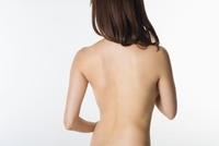 ヌードの女性の後姿
