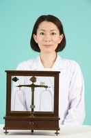 毒薬天秤と女性薬剤師