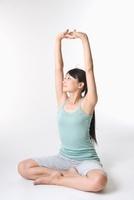 ストレッチをする日本人女性 11002058215| 写真素材・ストックフォト・画像・イラスト素材|アマナイメージズ