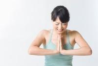 筋力トレーニングをする日本人女性