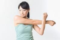腕のストレッチをする日本人女性 11002058218| 写真素材・ストックフォト・画像・イラスト素材|アマナイメージズ