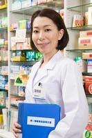 第一類医薬品説明文書を持つ女性薬剤師