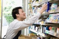 商品棚を整理する男性店員